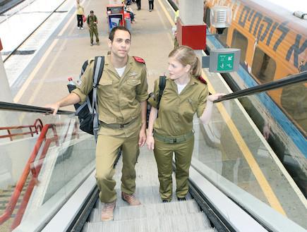 """זוג חיילים במדרגות נעות רכבת ברקע (צילום: עודד קרני, פז""""ם)"""