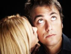 אישה מנשקת גבר שנשאר אדיש אליה (צילום: Claudio Arnese, Istock)