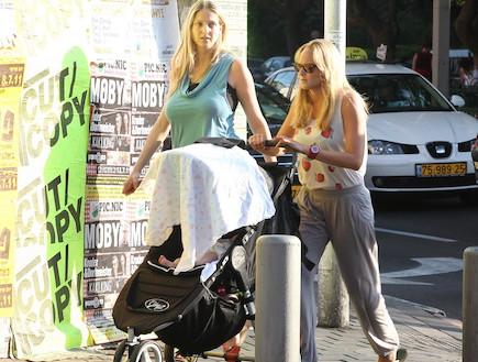 יעל ורוני דואני מטיילות עם התינוק החדש (צילום: ראובן שניידר)