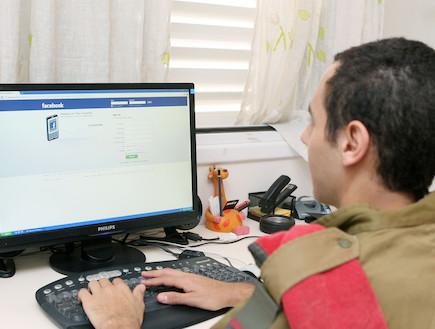 חייל מול מחשב בפייסבוק