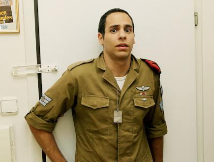 """חייל ליד דלת מבט מבוהל  (צילום: עודד קרני, פז""""ם)"""