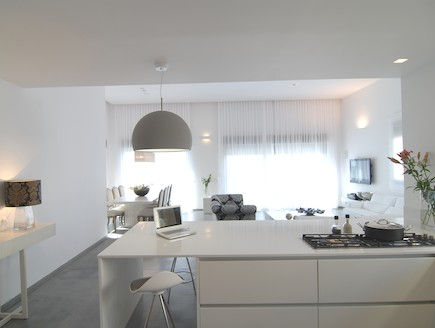 מבט מהמטבח לסלון אחרי שיפוץ - נורית גפן (צילום: שי בן אפרים)