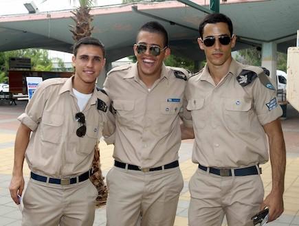 סלבס במדים מקבלים את המתגייסים - רוני דלומי (צילום: עודד קרני)