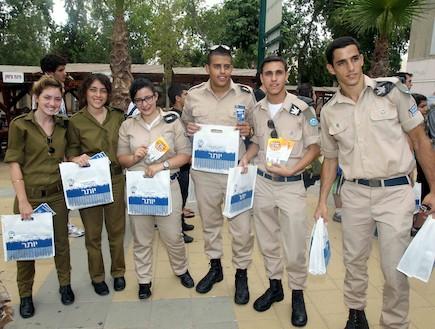 סלבס במדים מקבלים את המתגייסים (צילום: עודד קרני)