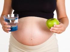 אישה בהריון שותה מים 4- הריון בריא