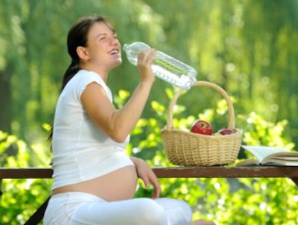 אישה בהריון שותה מים 6 -הריון בריא (צילום: istockphoto)