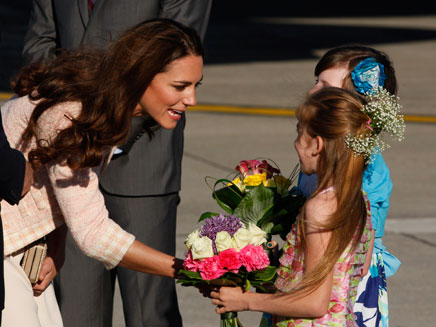 קייט נפגשת עם ילדים, אתמול בקנדה (צילום: AP)