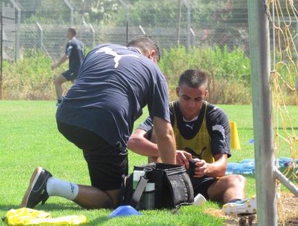 אחמד עבד מקבל טיפול במהלך האימון (שלום אלבז) (צילום: מערכת ONE)
