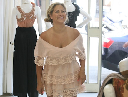 ליהיא גרינר מודדת בגדים (צילום: אלעד דיין)