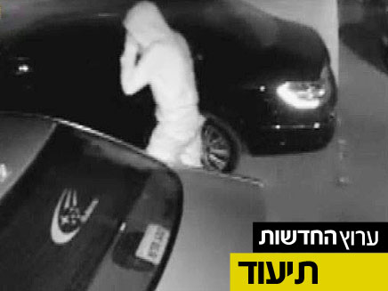 מצלמות האבטחה מתעדות את הגנבים בפעולה (צילום: חדשות 2)