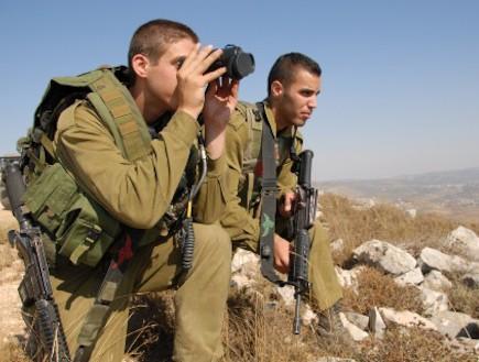 חיילי איסוף קרבי מתצפתים