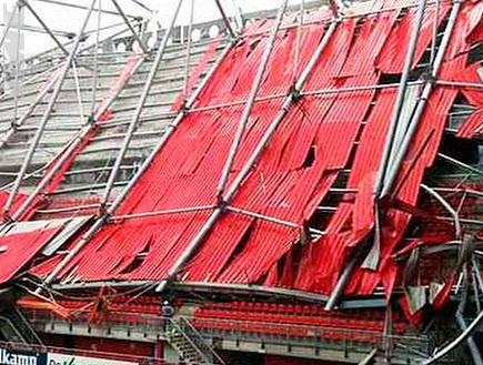 האצטדיון בטוונטה לאחר הקריסה. מחזות לא נעימים (צילום: מערכת ONE)