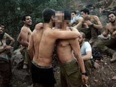 חיילים מתחבקים - פנים מטושטשות