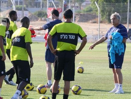מזרחי מדבר עם השחקנים (משה חרמון) (צילום: מערכת ONE)