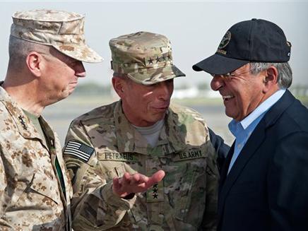 """ליאון פנטה, היום באפגניסטן עם מפקד כוחות ארה""""ב (צילום: AP)"""