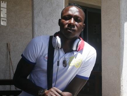 דלה אינוגבה מצטרף לחבריו במלון (דנה בהט) (צילום: מערכת ONE)