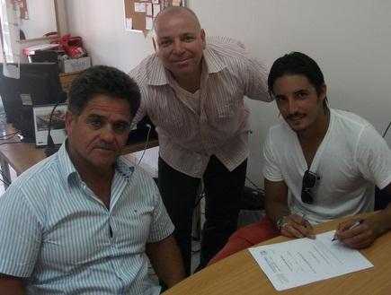 שי רביבו חותם על החוזה, יחד עם גבאי (דוברות הפועל חיפה) (צילום: מערכת ONE)