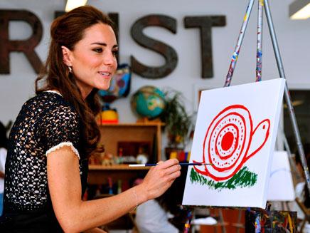 קייט מפגינה כישורי ציור, אתמול (צילום: רויטרס)