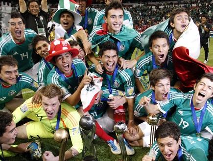 מקסיקו חוגגת זכיה באליפות העולם עד גיל 17 (רויטרס) (צילום: מערכת ONE)