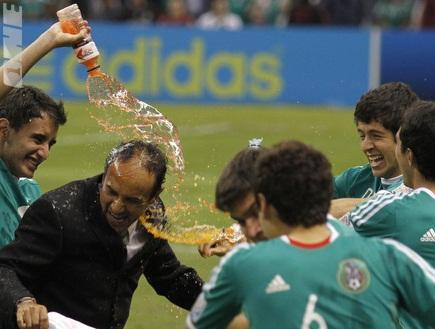 מאמן מקסיקו זוכה למקלחת. מכאן ייצא צ´יצ´אריטו הבא? (רויטרס) (צילום: מערכת ONE)