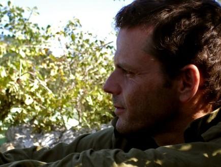 פזם חייל מסתכל על נוף פרופיל
