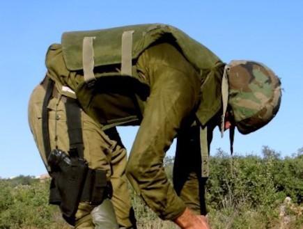 פזם חייל מתכופף לאפוד בשטח