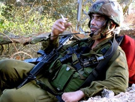פזם חייל עם נשק ואפוד מעשן סיגריה
