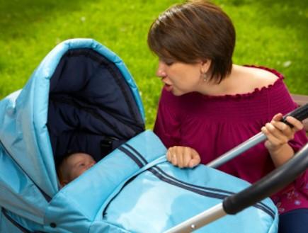 אישה עם תינוק בעגלה (צילום: Denis Raev, Istock)