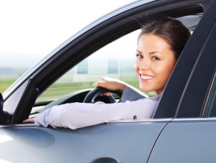 אישה נוהגת (צילום: kristian sekulic, Istock)