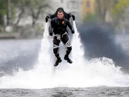 לעוף על המים (צילום: האתר הרשמי)
