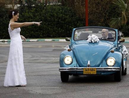 זוג מתחתן בחיפושית (צילום: נעם וינד)