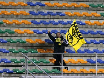 גאידמק מנופף בדגל (ניר בוקסנבאום)