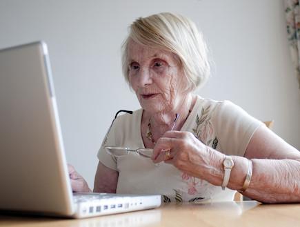 קשישה עם מחשב (צילום: istockphoto)