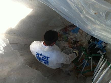 חילוץ גופת הנער בן ה-14 שנפל לבור אשפה (צילום: בערלה יעקובוביץ')