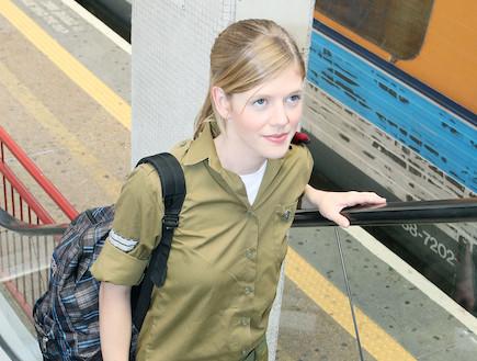 """פזם חיילת עולה במדרגות נעות (צילום: עודד קרני, פז""""ם)"""