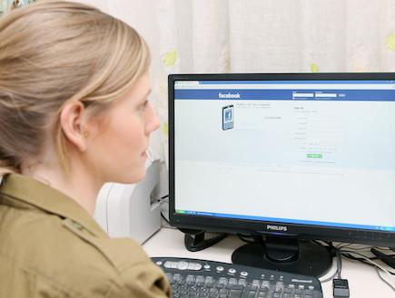 פזם חיילת בפייסבוק