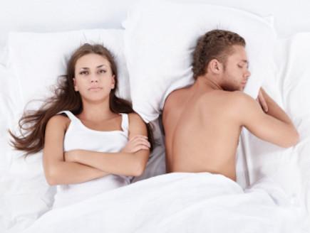 גבר ואישה במיטה (צילום: Deklofenak, Istock)