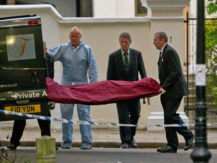פינוי גופתה של ווינהאוס (צילום: AP)