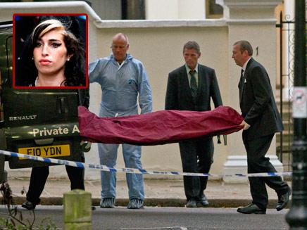גופתה של ווינהאוס מוצאת מביתה (צילום: AP)