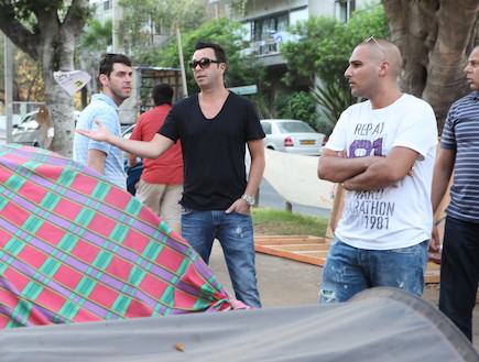 ליאור נרקיס מסתובב בין אוהלי המחאה (צילום: ראובן שניידר)