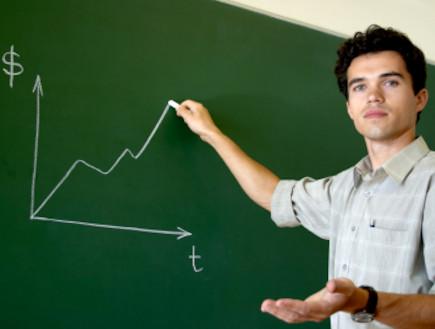 מורה כותב על הלוח (צילום: Oleg Prikhodko, Istock)