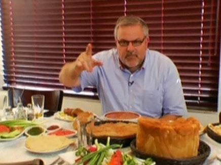 מנחם הורוביץ דוגם אוכל ספרדי (צילום: חדשות 2)