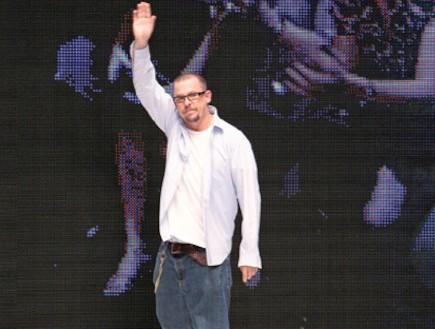 אלכסנדר מקווין מנופף לשלום (צילום: Gettyimages IL, Getty images)