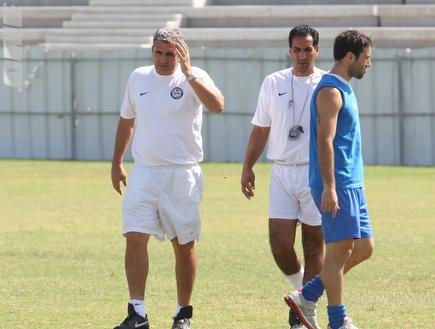 המאמן אלי כהן באימון. מחפש חיזוק  (עמית מצפה) (צילום: מערכת ONE)