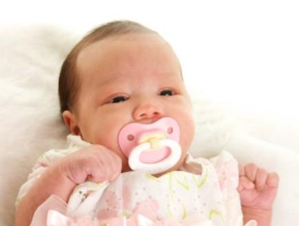 תינוקת בת יומה עם מוצץ (צילום: Donna Coleman, Istock)