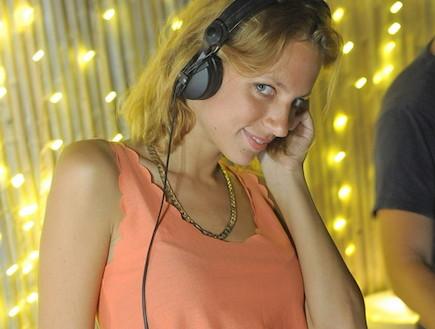 סיון אברהמי מתקלטת (צילום: אסי גבעתי)