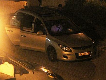 רכב חיכה בכניסה האחורית (צילום: כיכר השבת)