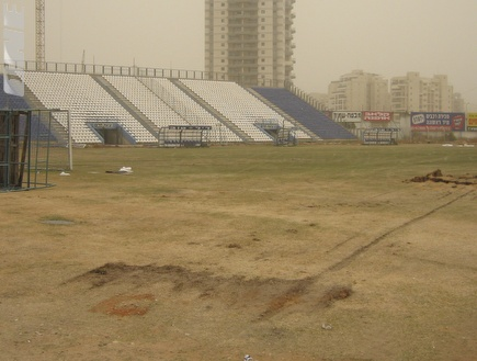 הורסים את אצטדיון אורווה (דרור רוזנפלד) (צילום: מערכת ONE)