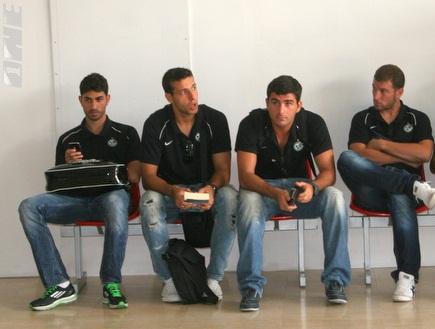 שחקני חיפה מחכים למזוודות בסלובניה (דולב נישליס) (צילום: מערכת ONE)