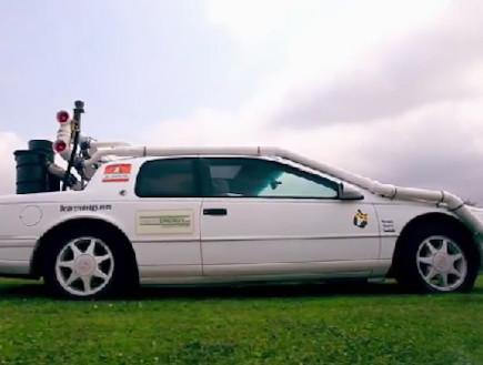 מכונית שנוסעת על עץ